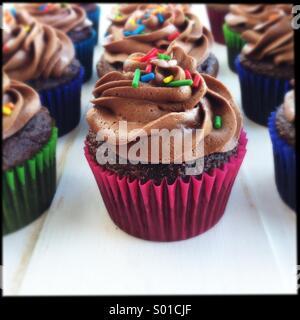 Petits gâteaux au chocolat avec sprinkles Banque D'Images