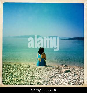 Femme seule sur la plage, Lefkada, Grèce Banque D'Images
