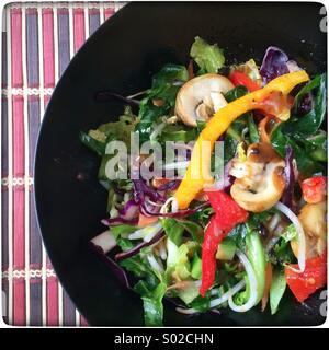 Faire sauter les légumes colorés par cuisson dans un wok. Banque D'Images
