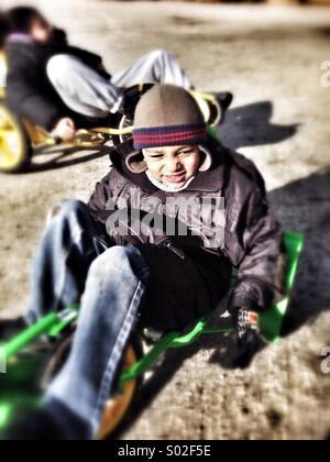 Mixed Race boy smiling et jouent à l'extérieur. Banque D'Images