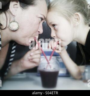Mère et fille boire un slushie. Banque D'Images