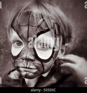 Triste Spidey. Garçon malheureux dans Spider-Man maquillage visage Banque D'Images
