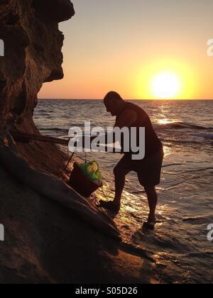 La préparation de la voile et de flottement de pêcheur à l'aube Banque D'Images