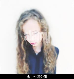 Sept à huit fille triste et solitaire Banque D'Images