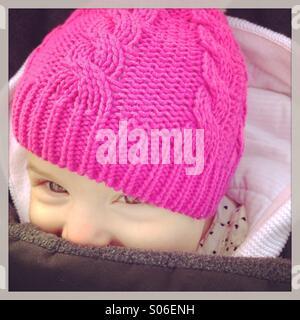 Smiling baby girl in pink hat en hiver Banque D'Images