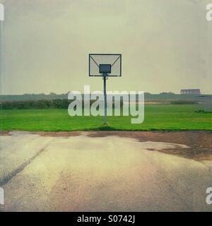 Humide vide de basket-ball sur un jour de pluie gris près de Husum, Nordfriesland, Schleswig-Holstein, Allemagne Banque D'Images