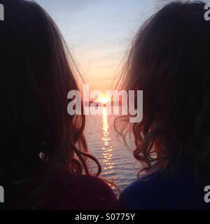 Deux frères et sœurs à contempler le soleil de minuit dans le nord de la Finlande Banque D'Images