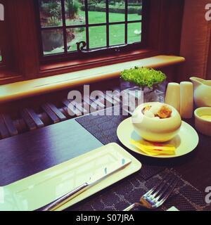 Petit-déjeuner dans une maison de campagne à Surrey, Angleterre Banque D'Images