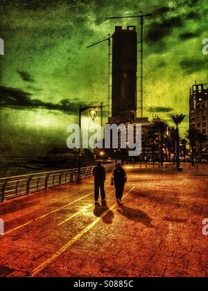 Deux hommes marchant sur la promenade Beyrouth Liban Banque D'Images