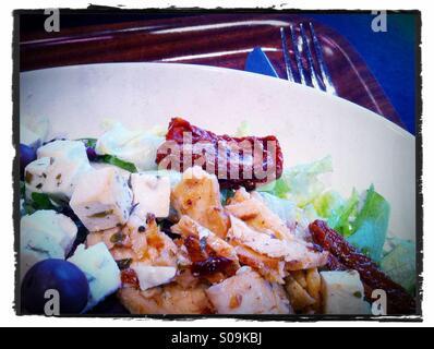 Une salade de poulet feta aux olives et tomates séchées au soleil Banque D'Images