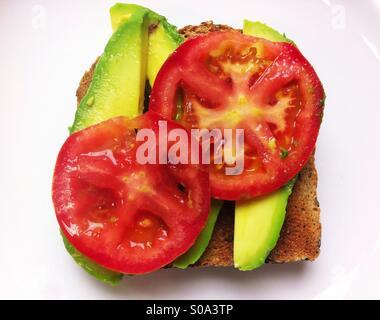 Sandwich de légumes ouvert sur pain de blé entier avec de l'avocat et de tomate Banque D'Images
