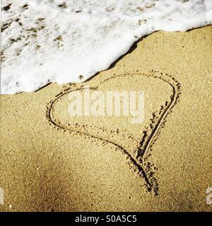 Un coeur dessiné dans le sable au rivage. Manhattan Beach, Californie, États-Unis. Banque D'Images