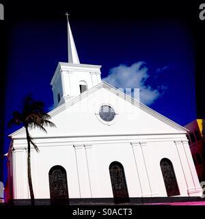 La suppression des murs blancs de l'Église Méthodiste de Wesley contre un ciel bleu, à Hamilton, aux Bermudes. Banque D'Images