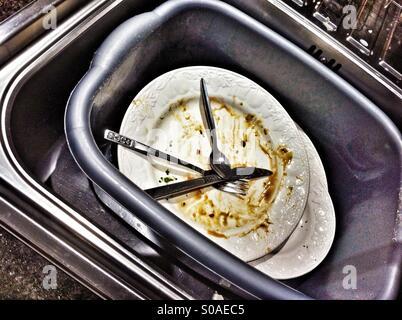 Lave-vaisselle dans la cuvette de Banque D'Images
