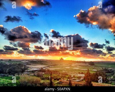 Xewkija church contre coucher de soleil avec ciel bleu et nuages. Banque D'Images