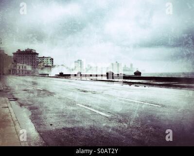 Malecon vide sur la route un jour de tempête à La Havane, Cuba Banque D'Images