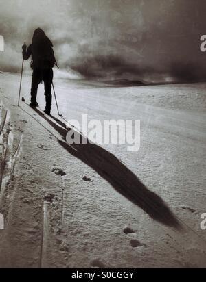 Ski de fond plus de Hardangervidda, Norvège, jetant une ombre sur la neige. Banque D'Images