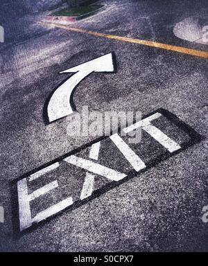 Avec la sortie de signes peints sur la flèche Street Banque D'Images