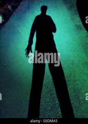 D'une ombre sombre un homme armé Banque D'Images