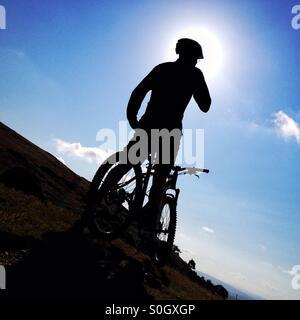 Silhouette of man avec vtt Banque D'Images