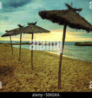 Lever du soleil sur la plage de Portitxol, L'Escala, Costa Brava, Espagne Banque D'Images