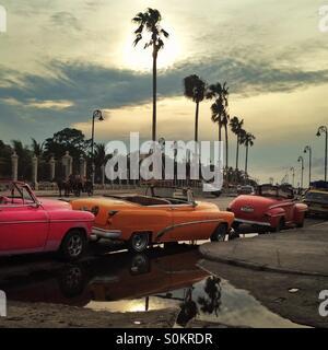 Classic cars alignés sur le Malecon, La Havane, Cuba Banque D'Images