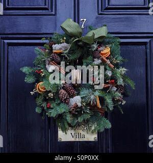 Couronne de Noël sur porte avant Banque D'Images