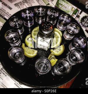 Tequila shots dans un pub Banque D'Images