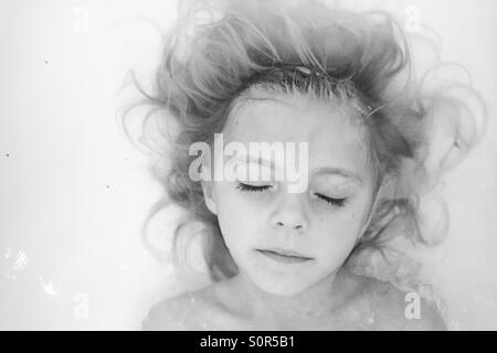 Jeune fille dans une salle de bain Banque D'Images