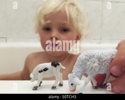 Garçon jouant dans la baignoire Banque D'Images