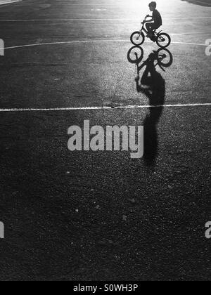 Tout-petit riding bicycle Banque D'Images