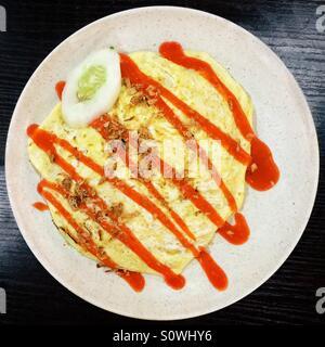 Malaysian riz frit au poulet enveloppé dans œuf frit Nasi Goreng Pattaya Banque D'Images
