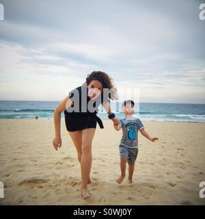 La mère et l'enfant se tenant la main Banque D'Images