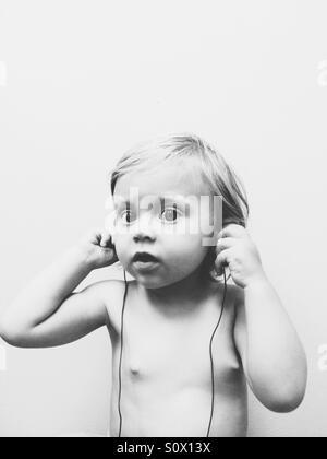 Baby Girl écouter de la musique. Banque D'Images