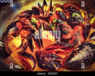 Moules à l'ail et de la sauce tomate
