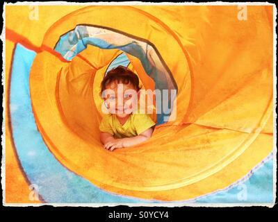 Heureux mignon enfant jouant Banque D'Images