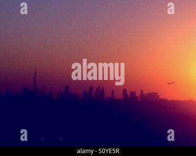 Sheikh Zayed Road, Dubai skyline, coucher de soleil, l'avion décoller Banque D'Images