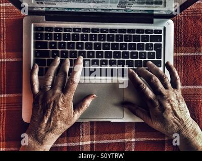 Old woman using laptop Banque D'Images