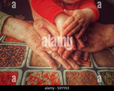 Trois générations de mains Banque D'Images