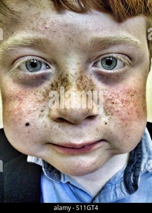 Garçon brun rouge avec des taches de rousseur Banque D'Images