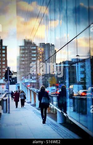 Pour la station de métro Southwark en fin d'après-midi, dans un immeuble de bureaux en verre verso Banque D'Images