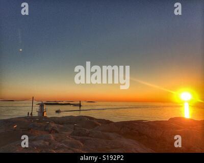 Coucher du soleil sur la côte occidentale de la Suède Banque D'Images