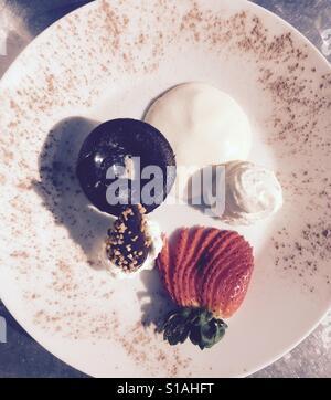 La lave en fusion ou gâteau au chocolat Gâteau. Servi avec de la crème fouettée et de fraises Banque D'Images