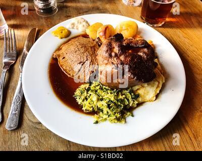 Rôti de boeuf classique dimanche repas dans un pub, dans Weardale, County Durham, Angleterre. Banque D'Images