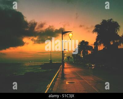 Des lampadaires au lever du soleil par la promenade Beyrouth Liban Banque D'Images