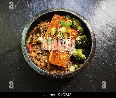 Avec du Tofu sauté aux légumes Banque D'Images