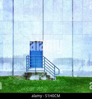 Une simple composition d'une porte bleue sur le côté du bâtiment Banque D'Images