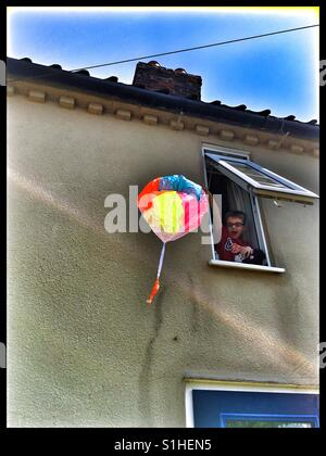 6 ans boy playing with toy soldier parachutiste. Banque D'Images