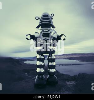 Vintage metal toy robot debout sur une banque du fleuve Columbia dans l'Est de Washington Banque D'Images