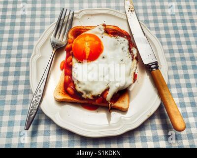 Des fèves et œuf frit sur toast Banque D'Images